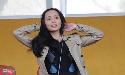 Bà xã Huyền Mi vui mừng sau pha phối hợp ghi bàn đẹp mắt của ông xã tương lai cùng đồng đội.