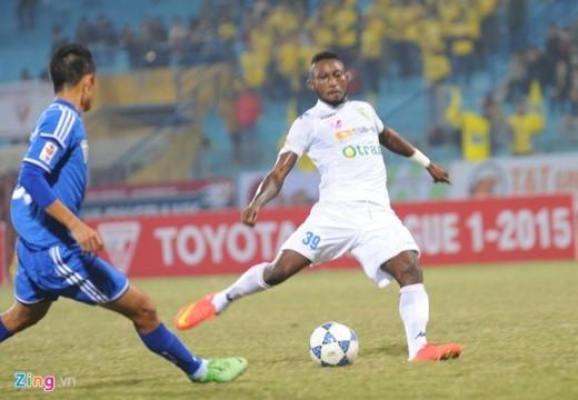 Samson ở tư thế thoải mái ghi bàn thắng hoàn tất cú hattrick đầu tiên tại V.League 2015.