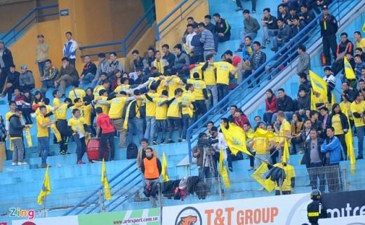 Cách ăn mừng quay lưng độc đáo của CĐV Hà Nội T&T khi đội nhà ghi được tới 4 bàn thắng vào lưới đội khách Quảng Nam.