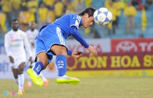 Một pha đánh đầu đẹp mắt của tiền đạo U23 VN Hà Minh Tuấn uy hiếp khung thành thủ môn Dương Hồng Sơn.