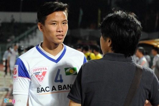 Trong khi đó trung vệ Quế Ngọc Hải (trái) là một trong những cầu thủ trẻ đã được HLV Miura triệu tập cả trong màu áo Olympic Việt Nam dự ASIAD 17 và ĐTVN dự AFF Cup 2014.