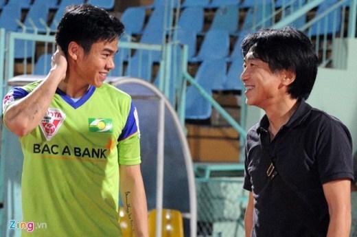 Thủ môn bắt chính của ĐTVN tại AFF Cup 2014 Trần Nguyên Mạnh ngại ngùng trong lần được gặp lại HLV Miura ở một trận đấu V.League.