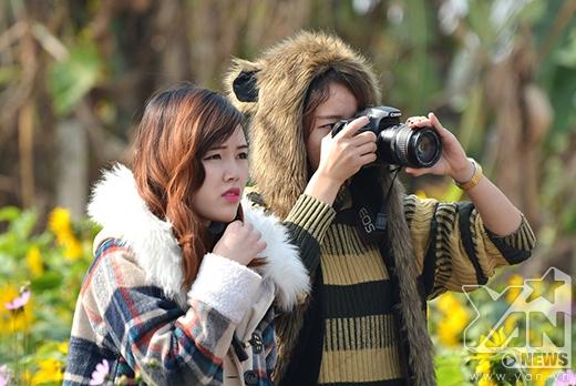 Nhiều bạn gái còn trổ tài chụp ảnh chuyên nghiệp.