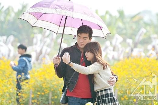 Các cặp đôi không quên ghi lại những khoảnh khắc bên nhau.