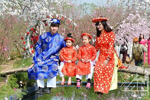 Chụp hoa đào trong trang phục truyền thống của Việt Nam làm lịch khi gần Tết đang là một trào lưu trong vài năm trở lại đây.