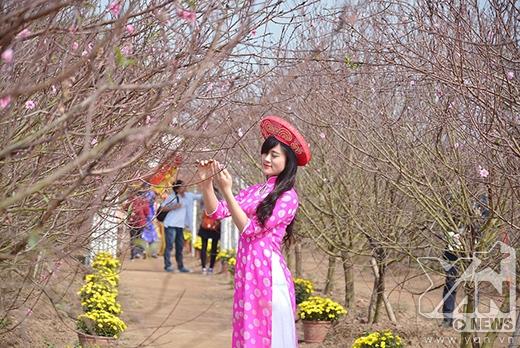 Vườn đào Nhật Tân luôn trở thành tâm điểm thu hút giới trẻ Hà Nội những ngày gần Tết Nguyên Đán.