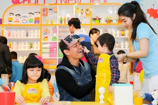 """Ông bố Phan Anh vẫn vui vẻ chơi cùng cậu con trai trong khi chị cả """"chơi một mình"""". - Tin sao Viet - Tin tuc sao Viet - Scandal sao Viet - Tin tuc cua Sao - Tin cua Sao"""
