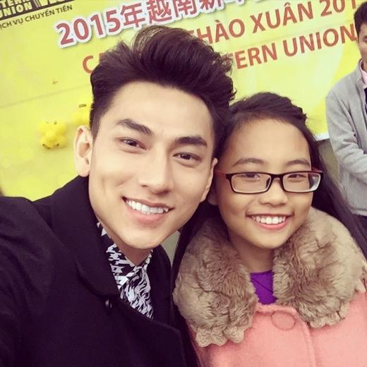 Cùng đi lưu diễn ở Đài Loan,Isaacliền rủ Phương Mỹ Chi chụp hình chung. Ngay lập tức nụ cười mê người củaIsaacđã đốn tim hàng loạt bao cô gái hâm mộ chàng trai này.