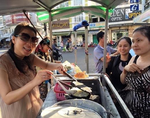 Trong chuyến du lịch nghỉ dưỡng ở Mũi Né, Thu Minh đã tự tay làm bánh khoai mì: Cả nhà ăn bánh khoai mì nóng hổi vừa mới ra lò không? khiến người dân ở đây vô cùng thích thú trước sự thân thiện của nữ ca sĩ.