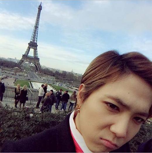Lee Hong Ki cực đáng yêu khoe hình ở tháp Eiffel, anh vô cùng thích thú và thốt lên: Wow với vẻ mặt... không liên quan đến cảm xúc.