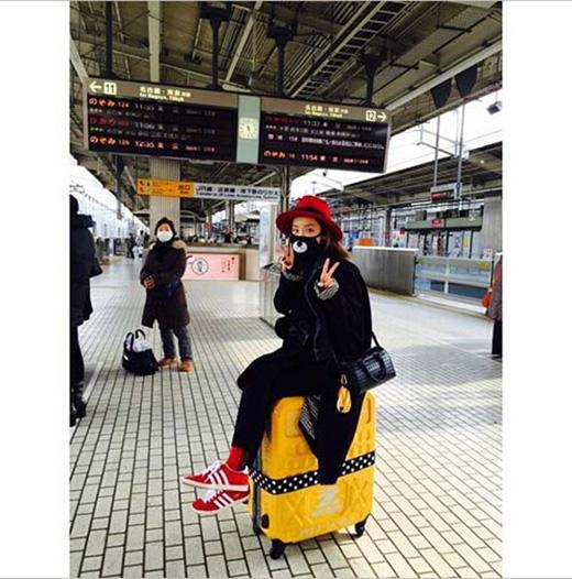 Dara cực đáng yêu khi đi dạo vòng quanh Nhật Bản và ngồi trên chiếc va li vàng nổi bật.