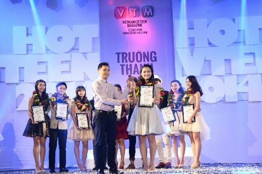 Giải phụ đầu tiên được công bố là Hot Vteen phong cách. Cô bạn Nguyễn Lê Sơn Trà đến từ trường Đại học Quốc tế RMIT, TP. HCM đã xuất sắc giành giải này. Ông Nguyễn Quốc Linh – Phó Giám đốc Kinh doanh, Công ty TNHH sản xuất hàng tiêu dùng Bình Tiên (Biti's) trao giải thưởng cho Sơn Trà.
