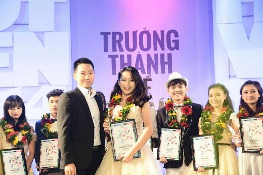 Ông Đào Đại Dương – phụ trách kinh doanh khu vực TP. HCM công ty ASUS Việt Nam trao giải thưởng Hot Vteen được yêu thích nhất cho Phan Nguyễn Quỳnh Hương.