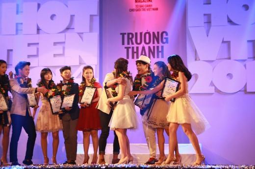 Xuân Thứ và Quỳnh Hương trong sự chúc mừng của các thí sinh còn lại.