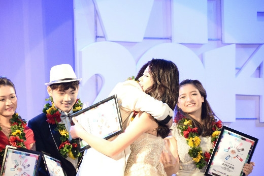 """Ông anh trai"""" đến từ TPHCM - Mai Xuân Thứ và """"cô em út"""" đến từ Hà Nội - Phan Nguyễn Quỳnh Hương ôm chầm lấy nhau, chia sẻ niềm vui khi trở thành tân Đại sứ Hot Vteen toàn quốc 2014."""
