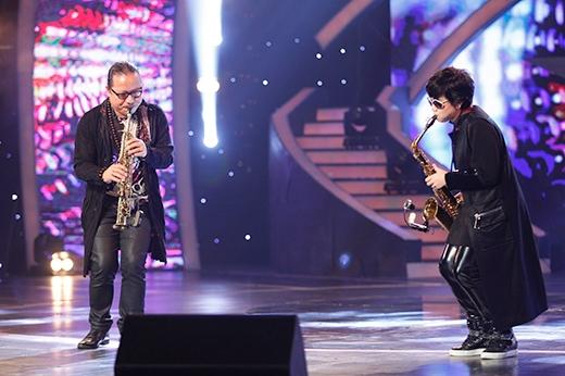 Nghệ sĩ Saxophone Trần Mạnh Tuấn cùng con gái kết hợp với nhau.