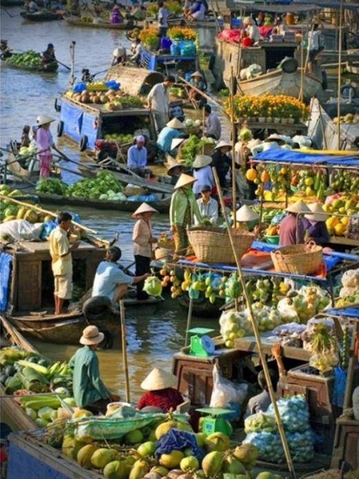 Cái Răng là một trong số những chợ nổi lớn và sầm uất nhất khu vực đồng bằng sông Cửu Long. Chợ bày bán rất nhiều sản phẩm nhưng chủ yếu vẫn là hoa quả và rau củ tươi từ chính các miệt vườn xung quanh.