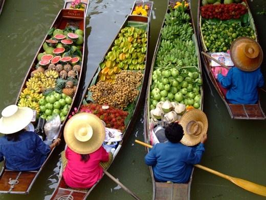 Cách trung tâm thủ đô Bangkok 12 km, khu chợ trên sông ở Taling Chan nhỏ và bớt đông hơn ở Damnoen Saduak. Tuy nhiên đây cũng là một trong những điểm dừng chân thú vị của du khách bốn phương khi đến với Thái Lan.