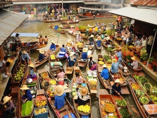 Damnoen Saduak là một trong số những chợ nổi được biết đến nhiều nhất trên thế giới. Không khí lúc nào cũng nhộn nhịp, sống động và nhiều màu sắc nhờ các hoạt động mua bán diễn ra liên tục của người dân địa phương.