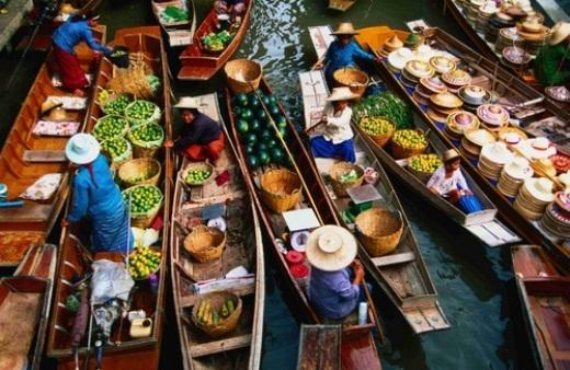 Những ghe hàng hoa quả tươi ở chợ nổi Damnoen Saduak. Kênh đào Khlong Damnoen Saduak, nơi đầu tiên mà chợ nổi này sinh hoạt, được xây dựng để nối nhánh sông Tha Chin với Mae Klong.