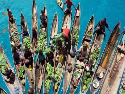 Nằm ở phía đông bắc của Australia, phía đông của Papua New Guinea, Solomon có khu chợ nổi chỉ tập hợp các hàng bán nhỏ lẻ của người dân địa phương nhưng cũng rất đông đúc và nhộn nhịp.
