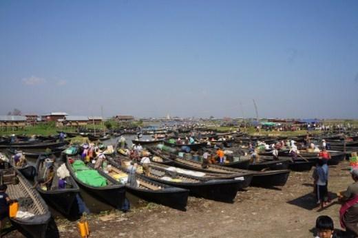Khu chợ nổi nằm ở hồ Inle họp 5 ngày quay vòng, chợ không cố định mà di chuyển đến các vị trí khác nhau vào mỗi ngày. Chợ được tổ chức ngay trên hồ Inle và mục đích chủ yếu là phục vụ du khách.