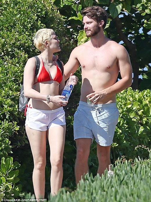 Miley Cyrus và bạn trai dạo biển cực tình tứ