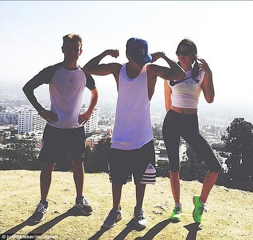 Justin chụp ảnh cùng Kendall và một người bạn