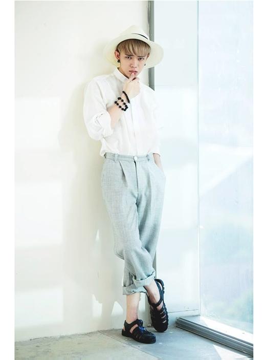 Với sơ mi trắng và quần baggy, bất cứ chàng trai nào cũng trông sáng hơn hẳn