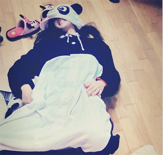 Hyomin cực đáng yêu khi mặc đồ thú nằm đùa giỡn trên sàn nhà.