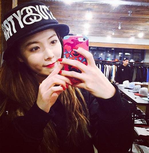 HyunA thích thú cập nhật hình ảnh mới nhất cho fan. Cô nàng đội chiếc nón trông rất đáng yêu. Có vẻ HyunA đang đi shopping và không quên khoe hình với fan.