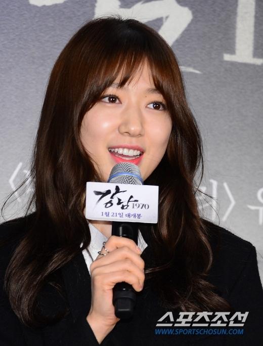 """Park Shin Hye diện tóc mới đến ủng hộ """"người yêu cũ"""" Lee Min Ho"""