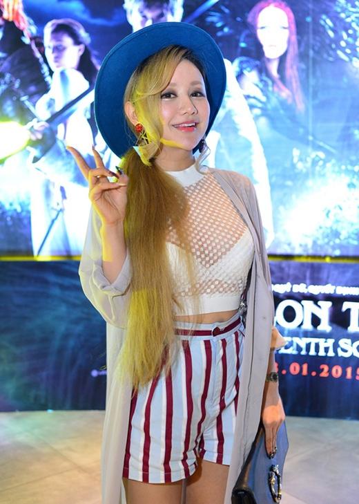 MC Việt Nga mặc áo crop top xuyên thấu giữa trời lạnh.