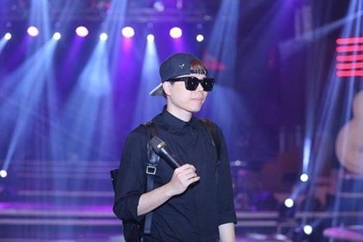 Trịnh Thăng Bình diện nguyên cây đen đi duyệt chương trình. Nhìn anh cực cool phải không nào?