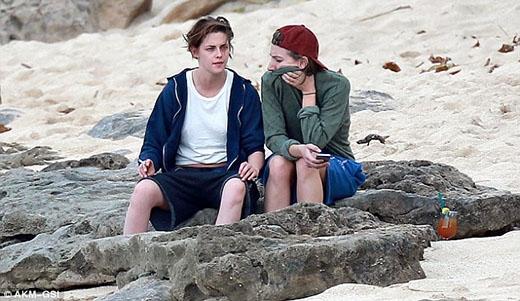 Kristen Stewart tiếp tục thân mật với bạn đồng giới trên biển