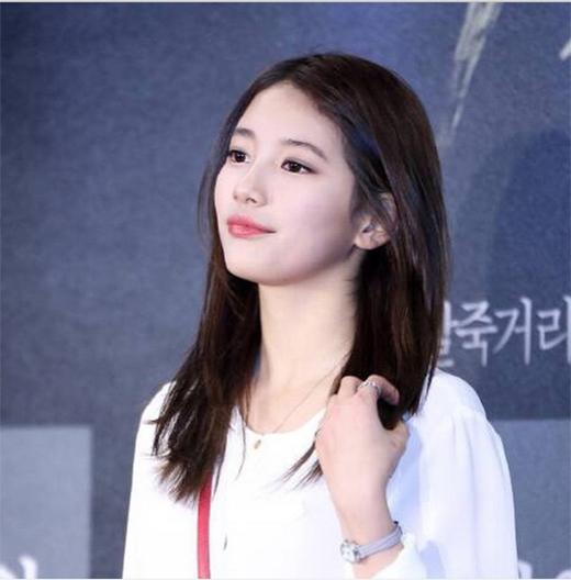 Suzy háo hức khoe hình đến tham dự buổi công chiếu VIP phim Gangnam 1970 của Lee Min Ho.