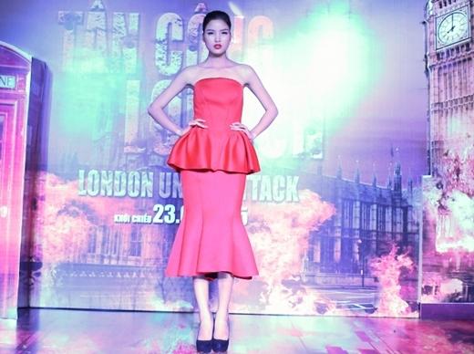 Chà Mi chọn chiếc váy đỏ nữ tính của NTK Hoàng Minh Hà