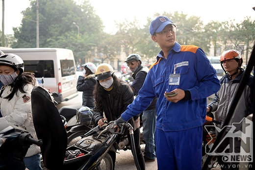 Xăng giảm mạnh, người dân Hà Nội đổ xô đi mua