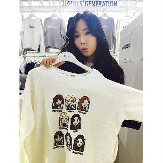 """Thậm chí, một thời gian khá lâu sau khi Jessica """"dứt áo ra đi"""", antifan vẫn không ngừng """"nguyền rủa"""" khi Taeyeon đăng tải bức ảnh chụp cùng chiếc áo thun chỉ có 8 thành viên SNSD."""