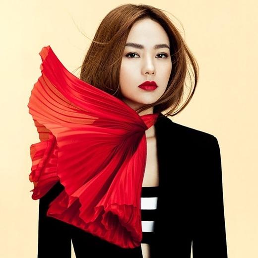 Với phong cách trang điểm nhẹ nhàng cùng với màu son đỏ đậm nhìn Minh Hằng thật khác lạ và quyến rũ.Minh Hằng đã lột xác về mặt hình ảnh một cách ngoạn mục, cô ngày càng trưởng thành và gợi cảm.