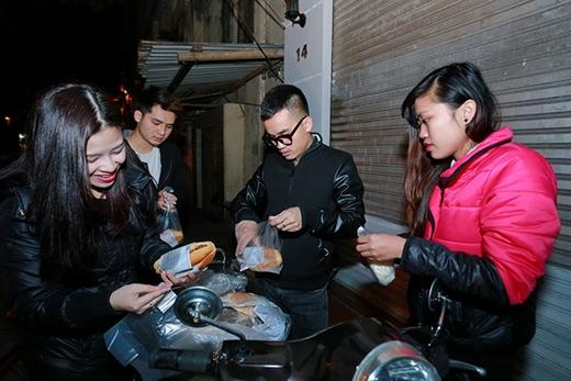 Dương Hoàng Yến và Hà Duy tự tay chuẩn bị những phần quà nhỏ để tặng những người vô gia cư Hà Nội. Tuy chỉ là những chiếc bánh mỳ, hộp sữa nhưng lại chứa đựng nhiều tình cảm của Quán quân Cặp đôi hoàn hảo. - Tin sao Viet - Tin tuc sao Viet - Scandal sao Viet - Tin tuc cua Sao - Tin cua Sao