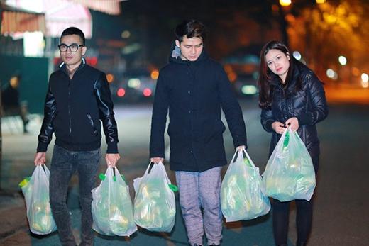 Bạn trai Dương Hoàng Yến - ca sĩ Vũ Hà Anh cũng tham gia chuyến từ thiện. - Tin sao Viet - Tin tuc sao Viet - Scandal sao Viet - Tin tuc cua Sao - Tin cua Sao