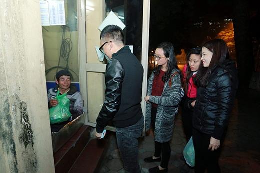 Các nghệ sĩ đi khắp các tuyến phố giữa cái lạnh buốt của mùa đông để tặng quà cho từng người dân. - Tin sao Viet - Tin tuc sao Viet - Scandal sao Viet - Tin tuc cua Sao - Tin cua Sao