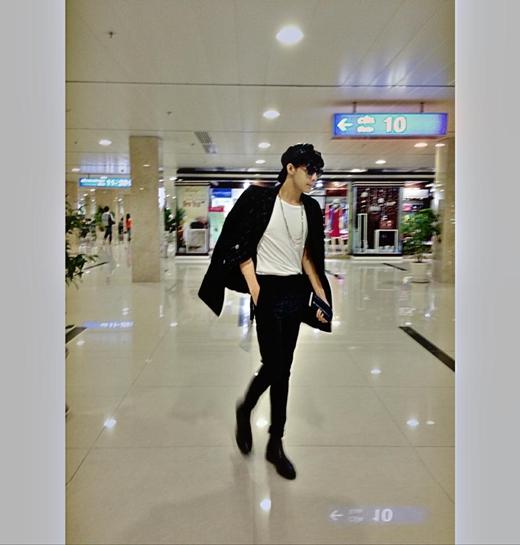 Noo Phước Thịnh diện nguyên cây đen ra sân bay. Dù bận đồ đơn giản nhưng nhìn Noo vẫn cá tính và cực đẹp trai phải không nào?