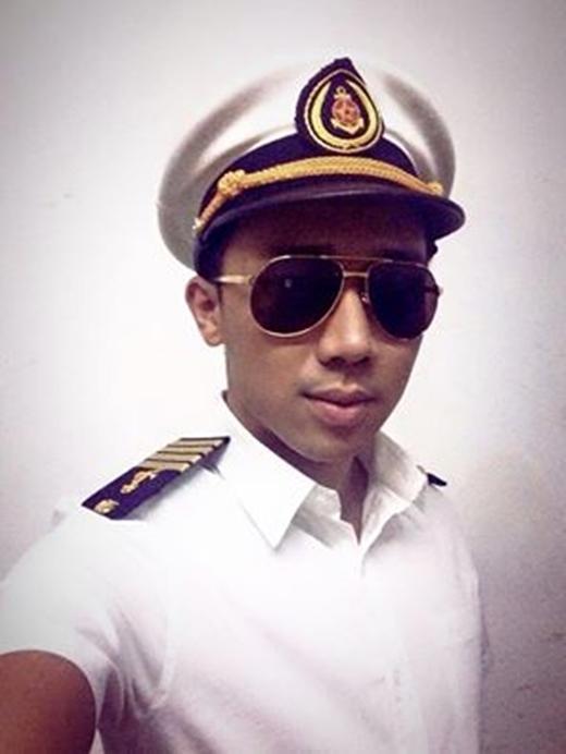 Trấn Thành đăng hình khoe anh làm thủy thủ cùng dòng chia sẻ hài hước:Thủy thủ mặt... mâm.