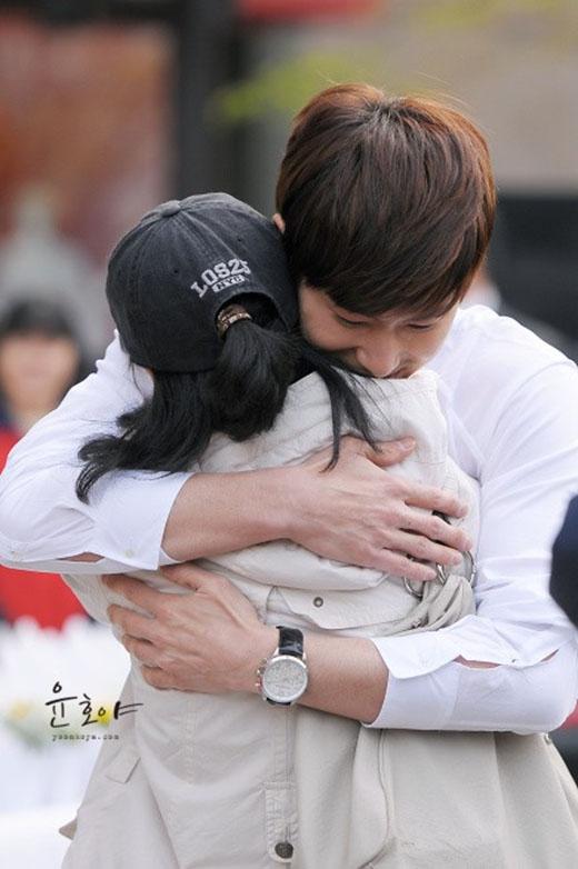 Fan sẽ rất ghen tị khi thấy hình ảnh tình cảm mà Yunho dành cho bạn gái này