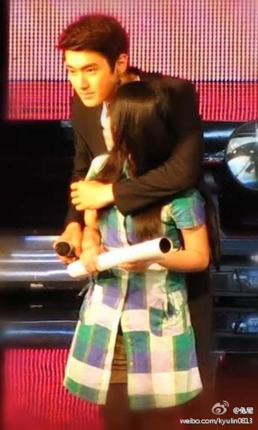 Khoảnh khắc Siwon ôm fan từ đằng sau như trong phim khiến nhiều người ghen tị