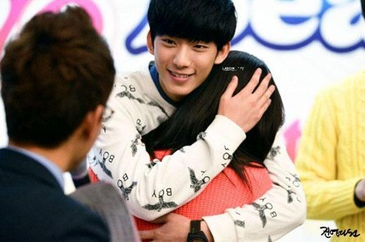 Ghen tị với những khoảnh khắc sao Hàn ôm chặt fan
