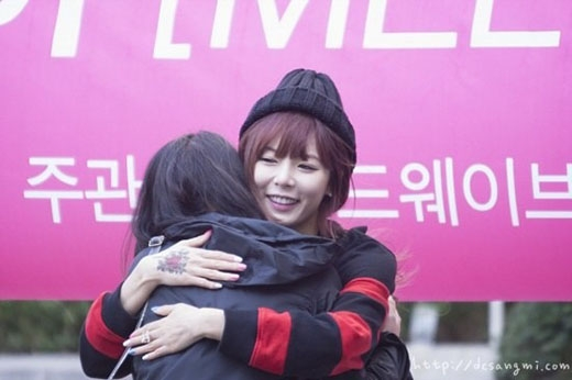 HyunA thật ngọt ngào khi ôm fan