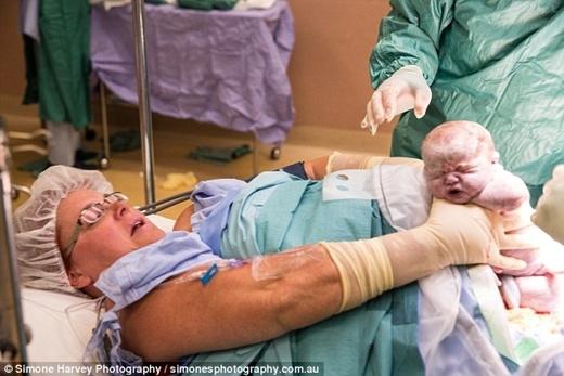 Cô Gerri Wolfe, 41 tuổi đã hạ sinh cặp song sinh Maltida và Violet theo cách sinh mổ